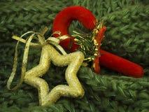 在绿色被编织的羊毛的圣诞节装饰 图库摄影