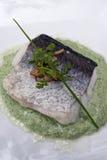 在绿色调味汁的油煎的鱼 免版税库存图片