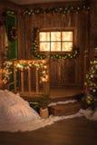 在绿色门的圣诞节花圈,窗口装饰了w木bac 库存图片