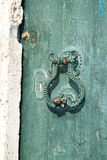 在绿色门的老金属门把手地中海样式建于1788 免版税库存照片