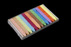 在黑色隔绝的五颜六色的白垩柔和的淡色彩 免版税库存图片