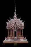 在黑色隔绝的传统泰国样式模型房子木头雕刻 免版税库存照片