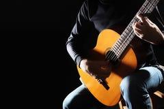 在黑色隔绝的吉他弹奏者 库存照片