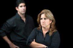 在黑色隔绝的恼怒和哀伤的夫妇 免版税库存照片
