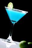 在黑色隔绝的冻蓝色玛格丽塔鸡尾酒 库存照片