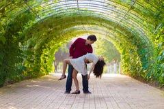 在绿色隧道的夫妇舞蹈 库存照片