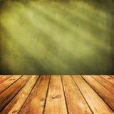 在绿色难看的东西背景的木甲板地板。 免版税库存图片