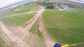 在绿色领域的专业跳伞运动员着陆 夏天 风景 晴朗的日 股票视频