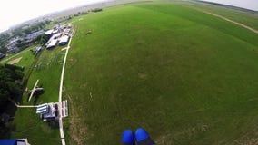 在绿色领域的专业跳伞运动员着陆 草 晴朗的日 极其体育运动 影视素材