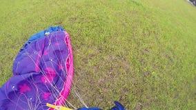 在绿色领域的专业跳伞运动员领带降伞在登陆以后 极其体育运动 影视素材