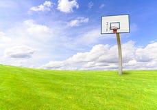 在绿色领域的篮球目标 库存图片
