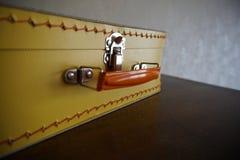 在黄色颜色的经典减速火箭的手提箱 库存照片