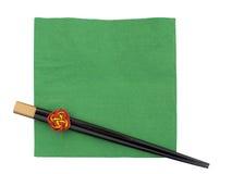 在绿色餐巾,餐巾的筷子,隔绝在白色 免版税图库摄影