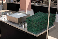 在绿色餐巾滚动的银器 库存图片