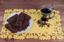 在黄色餐巾玻璃咖啡的一张木桌上 免版税图库摄影