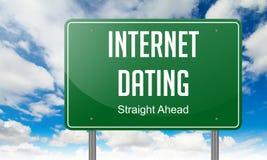 在绿色高速公路路标的互联网约会 库存图片