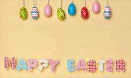 在黄色-复活节快乐的逗人喜爱的信件,与一点五颜六色的东部 库存照片