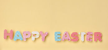 在黄色-复活节快乐的逗人喜爱的信件 库存照片