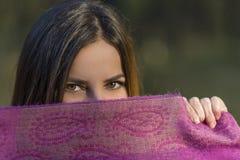 在紫色围巾上的眼睛 免版税库存照片