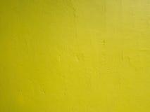 在黄色水泥墙壁抽象葡萄酒难看的东西纹理的特写镜头背景或布局设计的 免版税库存图片