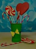 在绿色玻璃的棒棒糖 免版税库存图片