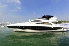在绿色水的豪华游艇航行 免版税图库摄影