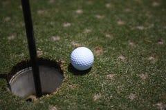 在绿色2的高尔夫球 库存照片