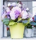 在绿色水罐的花花束安排了在家庭使用的装饰 免版税库存图片