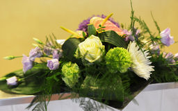 在绿色黄色的花的布置和桃红色 免版税库存图片
