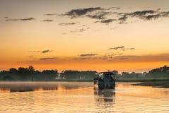 在黄色水billabong在黎明,北方领土,澳大利亚的小船 库存图片