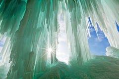 在-苏必利尔湖上的鲜绿色冰帷幕-被生动描述的盛大海岛 图库摄影