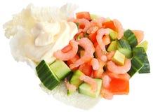 在莴苣的虾沙拉、胡椒和黄瓜生叶,水平 免版税库存图片