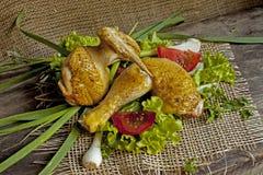 在莴苣叶子的油煎的母鸡在委员会的 免版税图库摄影