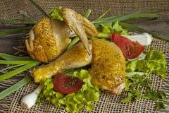 在莴苣叶子的油煎的母鸡在委员会的 库存照片
