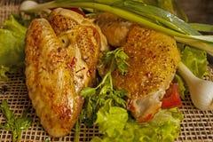 在莴苣叶子的油煎的母鸡在委员会的 库存图片