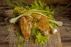 在莴苣叶子的油煎的母鸡在委员会的 图库摄影