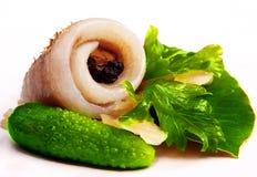 在莴苣片断的鲱鱼  二绿色黄瓜 在豌豆的胡椒 库存照片