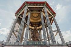 在99英尺30米高古铜色观音工业区雕象的八角型亭子在Kek Lok Si寺庙在乔治市 Panang,马来西亚 免版税库存图片
