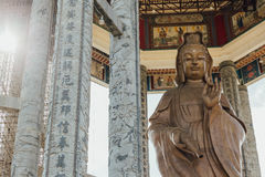 在99英尺30米高古铜色观音工业区雕象的八角型亭子在Kek Lok Si寺庙在乔治市 Panang,马来西亚 图库摄影