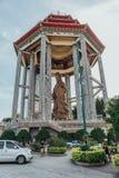 在99英尺30米高古铜色观音工业区雕象的八角型亭子在Kek Lok Si寺庙在乔治市 Panang,马来西亚 库存照片
