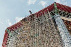 在99英尺30米高古铜色观音工业区雕象的被更新的八角型亭子在Kek Lok Si寺庙在乔治市 库存照片