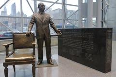 在贾维茨会议中心里面的雅各布贾维茨雕象 免版税库存照片