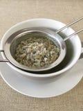 在滤茶器的绿色咖啡 免版税库存图片