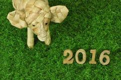 在绿草概念的新年快乐2016年 库存图片