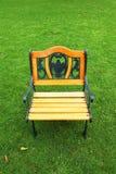 在绿草的一把庭院椅子 图库摄影