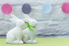 在绿草的两只白色复活节兔子 欢乐的装饰 愉快的复活节 免版税库存图片