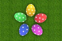 在绿草的五颜六色的复活节彩蛋 库存照片
