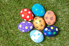 在绿草的五颜六色的手工制造复活节彩蛋 免版税库存图片