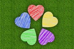 在绿草的五颜六色的标志图画心脏 图库摄影