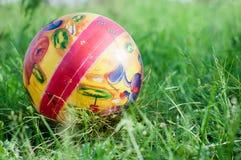 在绿草的儿童` s球 免版税图库摄影